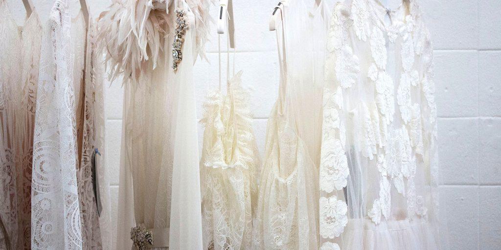 abiti couture appesi per lets-sew.com
