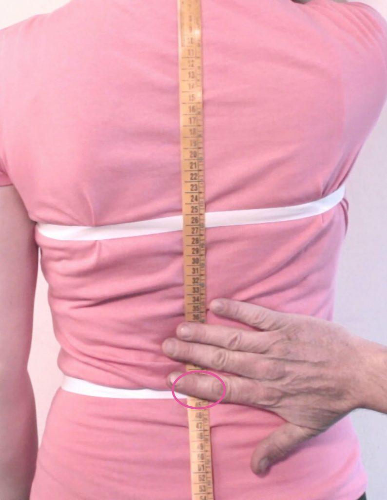 sarto mostra su persona come prendere la misura del livello vita posteriore, o altezza vita dietro