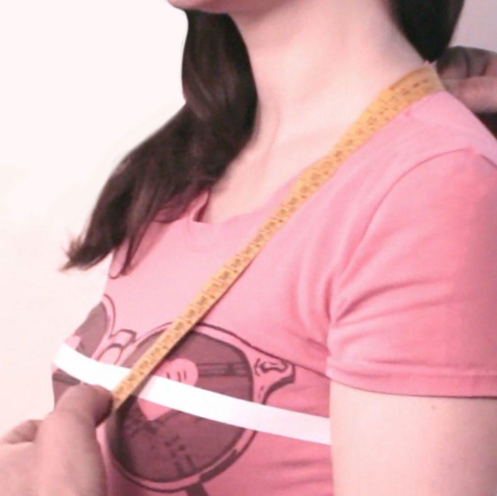 sarto mostra su persona come prendere la misura del livello seno, o altezza seno