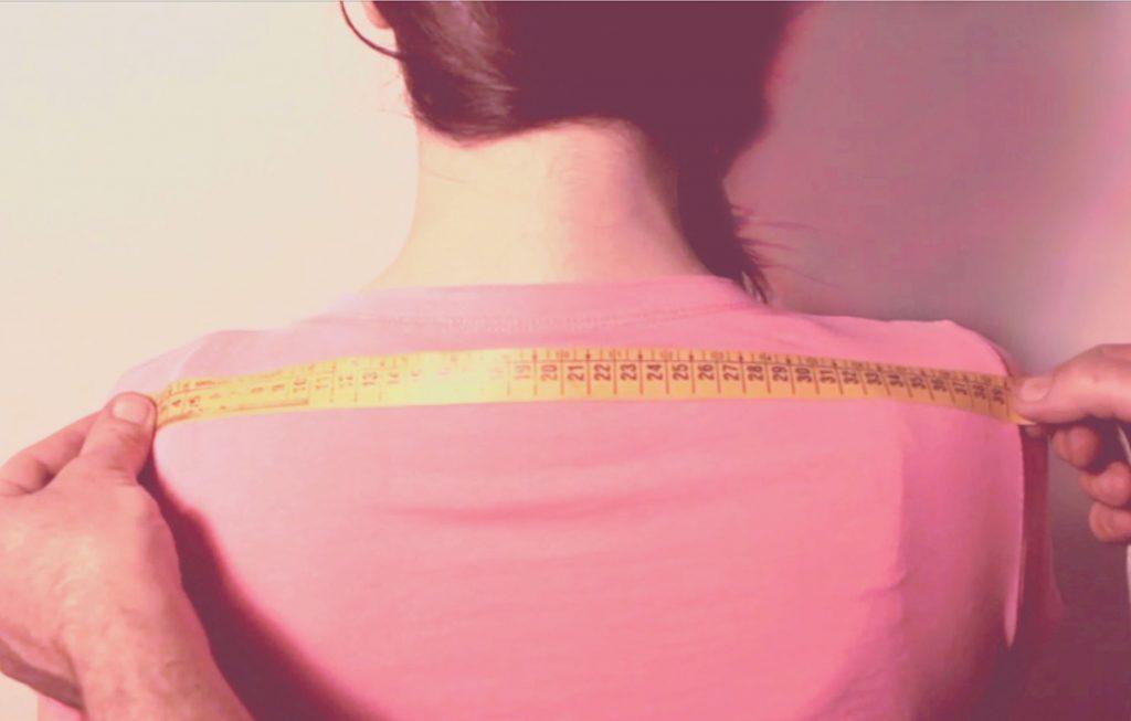 sarto mostra su persona come prendere la misura della larghezza spalle