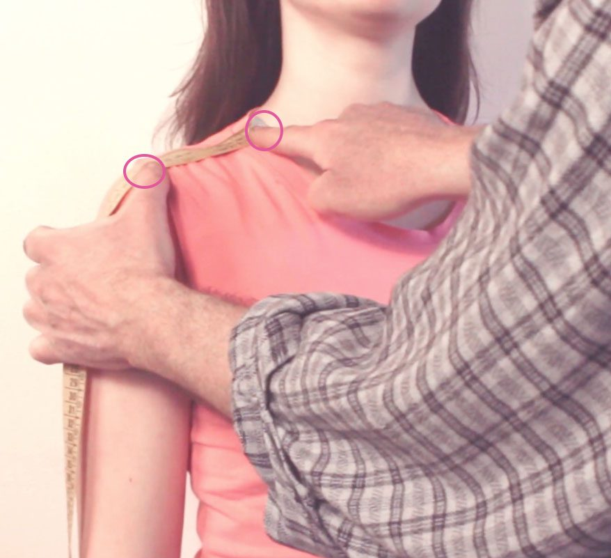 sarto mostra su persona come prendere la misura della cucitura spalla