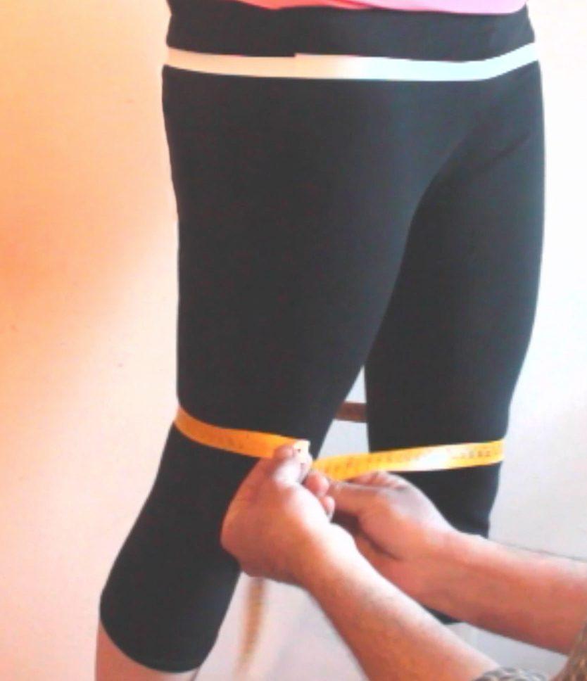 sarto mostra su persona come prendere la misura delle ginocchia per gonna a sirena